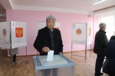 Свой голос за президента России отдал Заслуженный деятель искусств Республики Калмыкия, всеми любимый певец и композитор Аркадий Манджиев