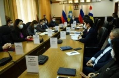 Глава Администрации Элисты Дмитрий Трапезников провел еженедельное аппаратное совещание с участием руководителей подведомственных учреждений