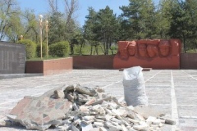 Продолжается реконструкция мемориального комплекса «Вечный огонь» в Элисте