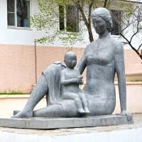 Скульптура «Материнство»