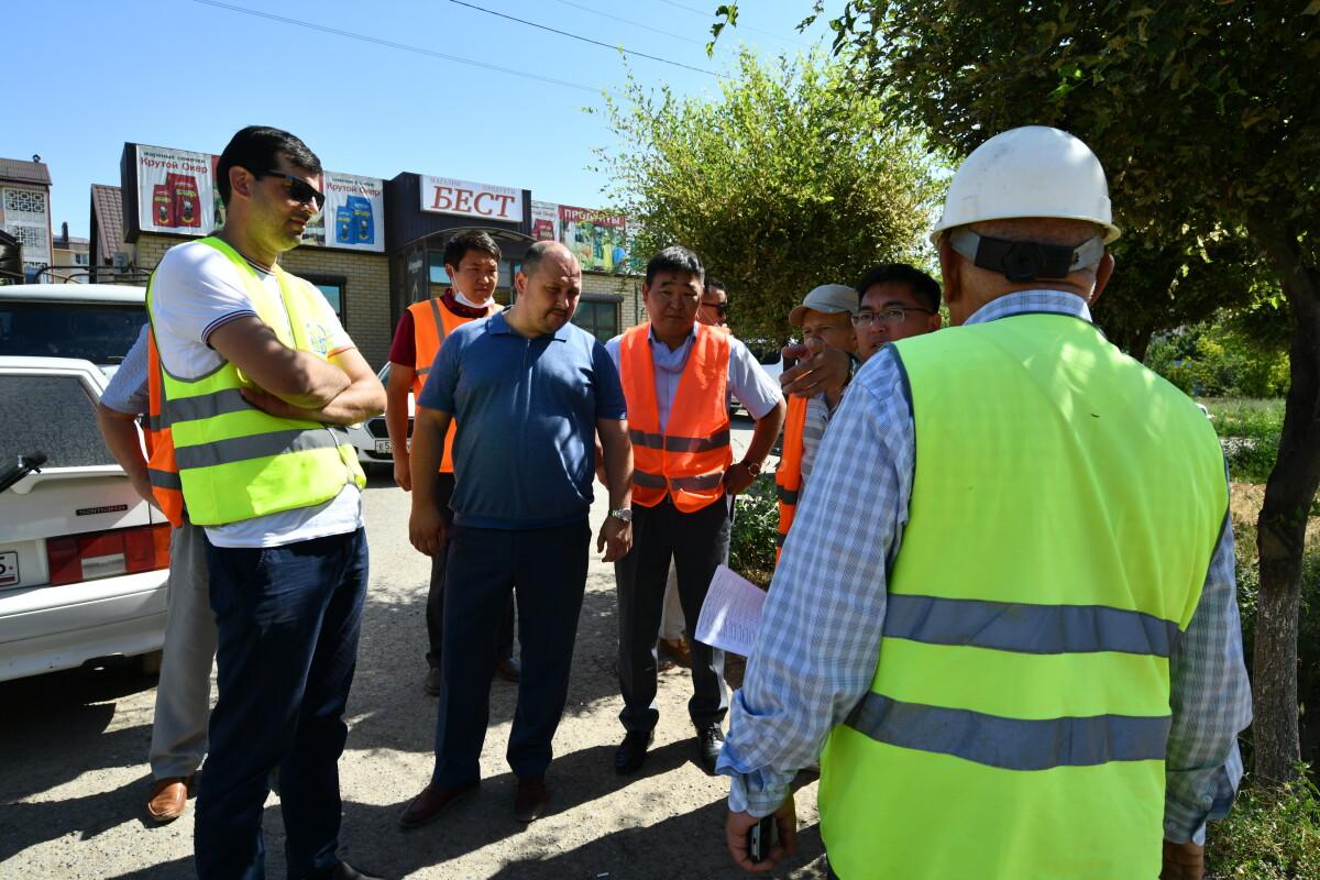 В рамках выездного контроля Глава Администрации Элисты Дмитрий Трапезников осмотрел дорожные объекты нацпроекта «Безопасные и качественные дороги» 2021 года