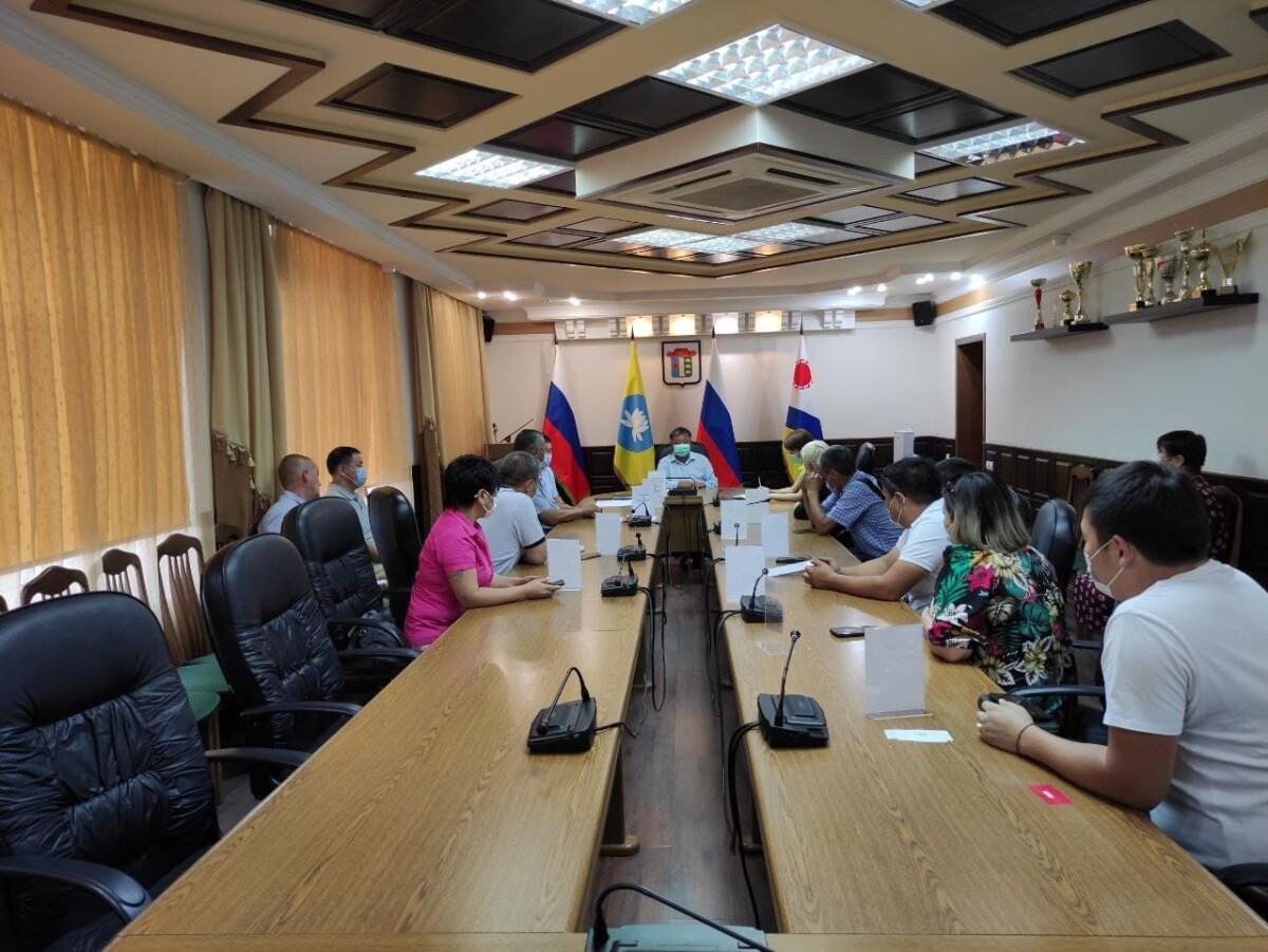 По поручению Главы Администрации города Элисты Дмитрия Трапезникова в муниципалитете сейчас проходит встреча с индивидуальными предпринимателями в сфере пассажирских перевозок